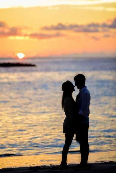 silhouette of couple on seashore